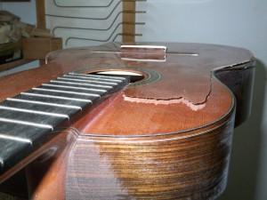 Réparation d'une table de guitare cassée