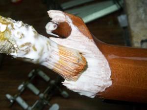 Un encollage généreux pour bien imprégner toutes les fibres du bois.
